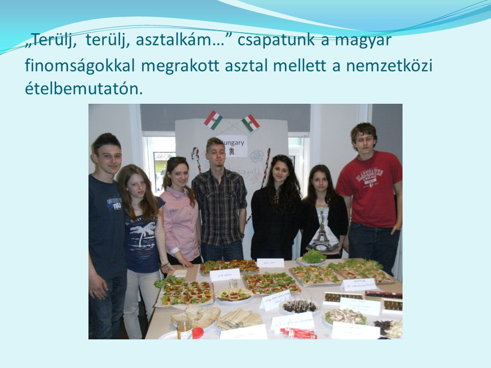 """""""Terülj, terülj, asztalkám… csapatunk a magyar finomságokkal megrakott asztal mellett a nemzetközi ételbemutatón."""