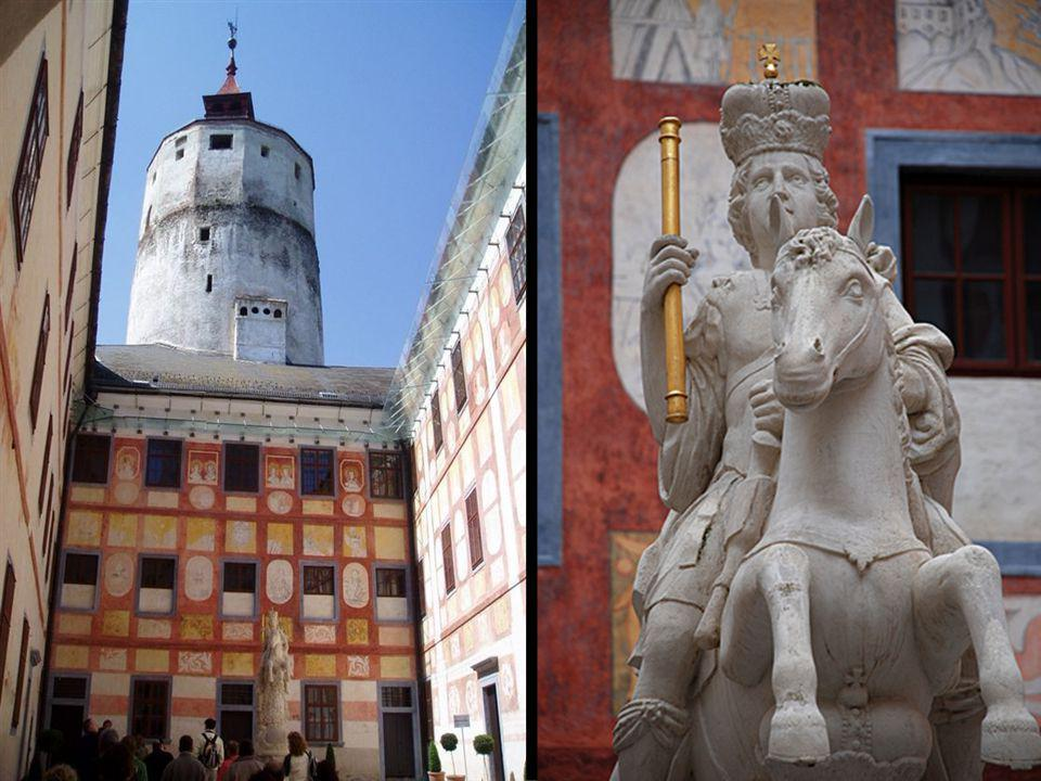 A főkastély belső udvara Esterházy Pál lovasszobrával és a közel 1000 négyzetméternyi barokk falfestményekkel