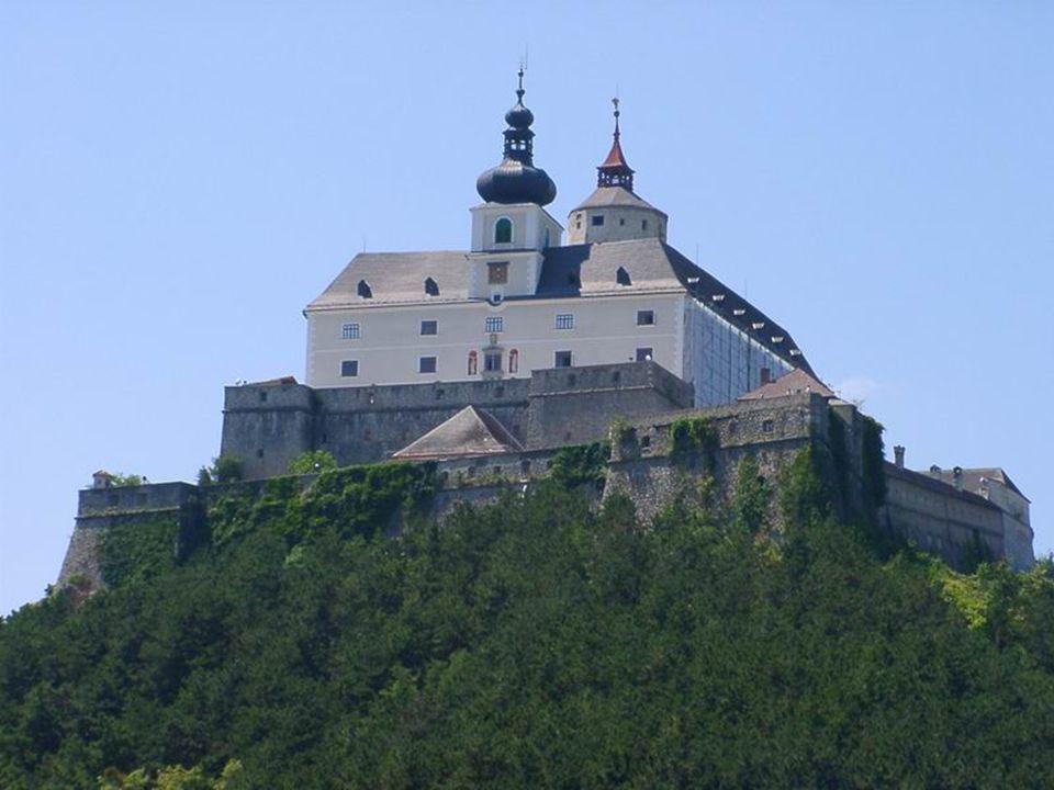 Burg Forchtenstein-FRAKNÓ VÁRA Fraknó vára Burgenland jelképe. A 13. században határvárként építették a Rozália-hegység nyúlványára. A törökellenes há