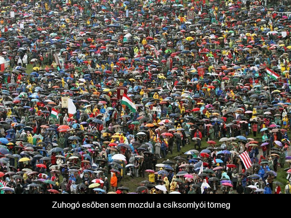 Zuhogó esőben sem mozdul a csíksomlyói tömeg