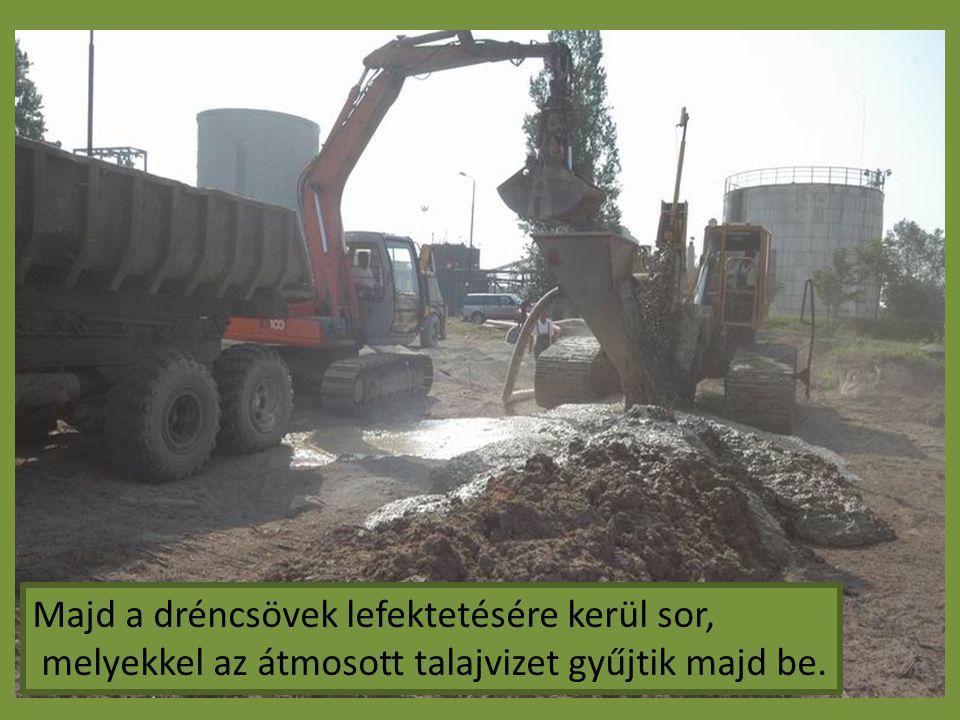 Majd a dréncsövek lefektetésére kerül sor, melyekkel az átmosott talajvizet gyűjtik majd be.