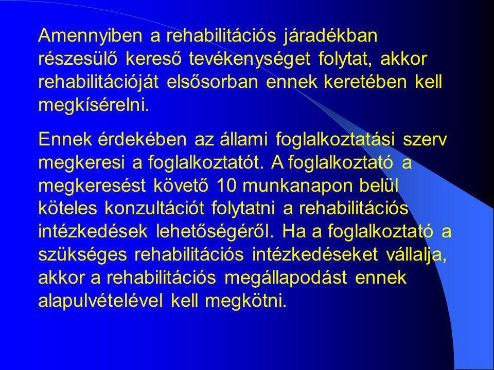 Amennyiben a rehabilitációs járadékban részesülő kereső tevékenységet folytat, akkor rehabilitációját elsősorban ennek keretében kell megkísérelni. En
