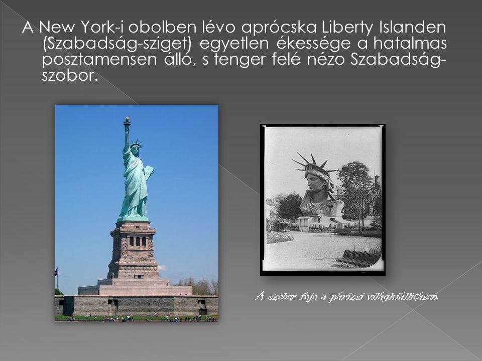 A New York-i obolben lévo aprócska Liberty Islanden (Szabadság-sziget) egyetlen ékessége a hatalmas posztamensen álló, s tenger felé nézo Szabadság- s