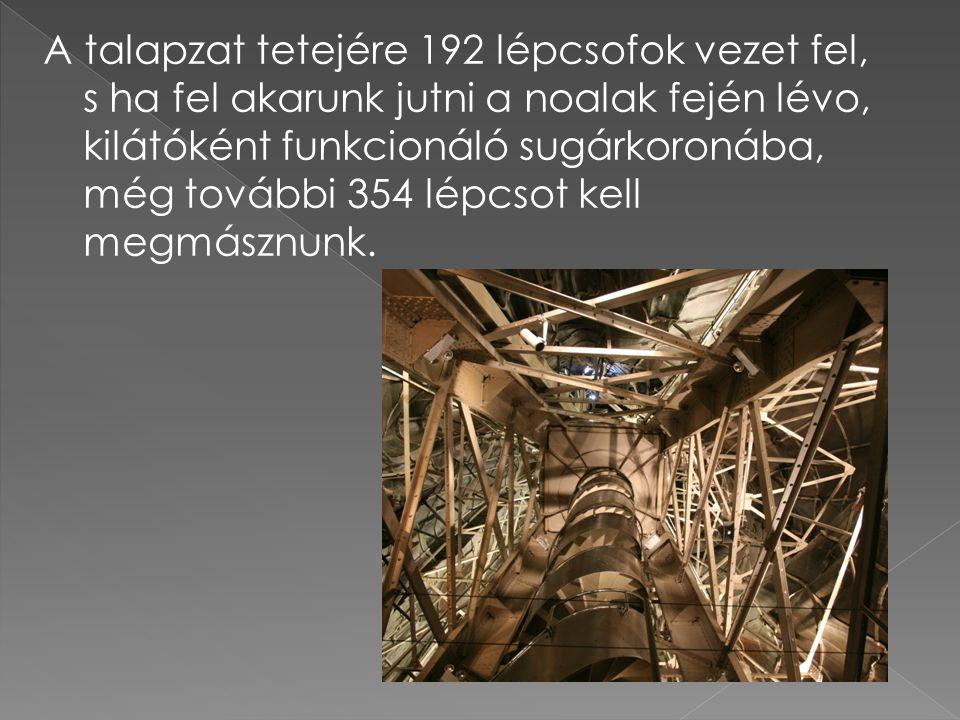 A talapzat tetejére 192 lépcsofok vezet fel, s ha fel akarunk jutni a noalak fején lévo, kilátóként funkcionáló sugárkoronába, még további 354 lépcsot