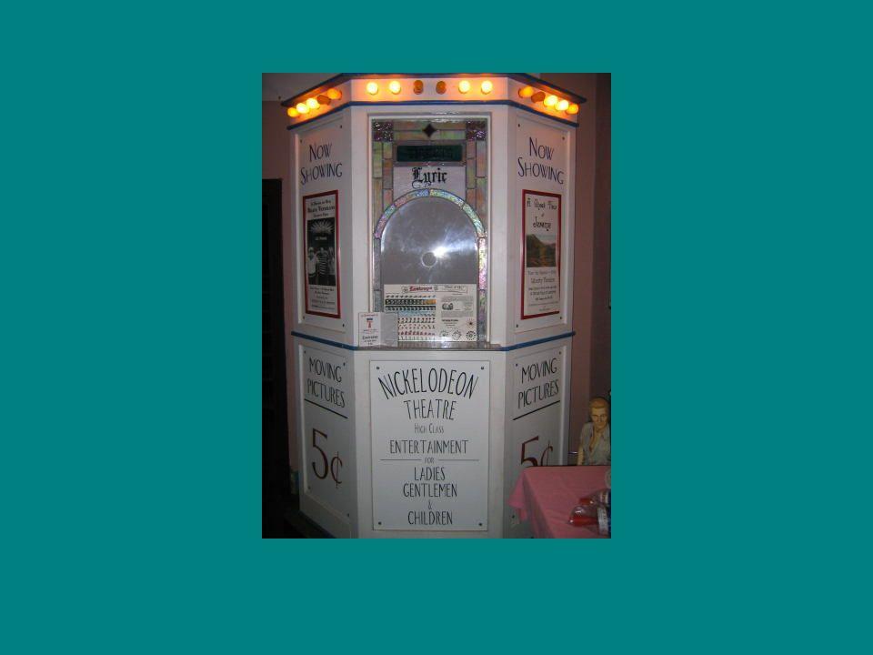1908 – az Edison és a Biograph, Vitagraph, Essanay, George Méliès, Pathé társul – Motion Picture Patents Company tröszt – a filmipar központi irányítására: filmnyersanyagok, felvevőgépek és vetítőgépek szabadalmaztatása megegyeznek a filmek lábankénti szabott árában, és szabályozták az új filmek forgalomba hozatalát: egy stúdió hetente 1-3 tekercset adhatott ki 1910-ben forgalmazócéget alapítanak: zónaelőírásokkal, csomaglekötésekkel, premiermozik, régebbi és olcsó filmeket bemutató helyek különválása 1915-ben trösztellenes törvény feloszlatja az MPPC-t Független gyártók jönnek létre, akik ellátták az engedéllyel nem rendelkező kölcsönzőket és mozikat