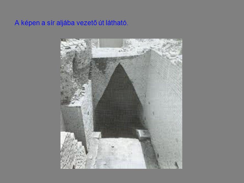 A képen a sír aljába vezető út látható.