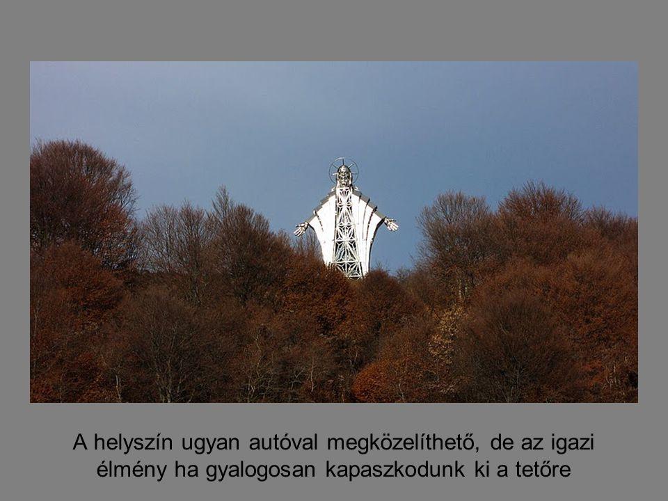 Már messziről látszik a Farkaslaka, illetve a Székelyszentlélek fölé magasodó Gordon-tetőn álló Krisztus szobor