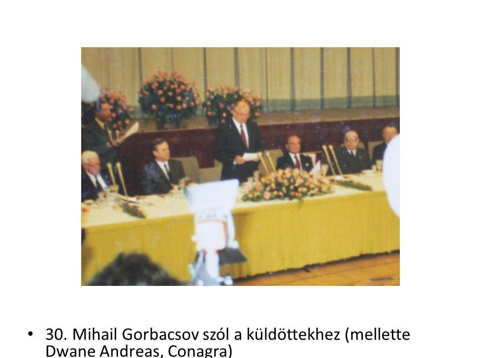 30. Mihail Gorbacsov szól a küldöttekhez (mellette Dwane Andreas, Conagra)