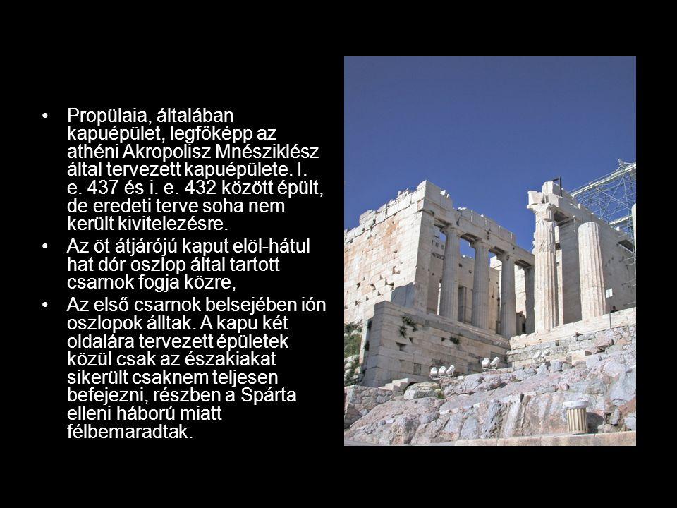 Propülaia, általában kapuépület, legfőképp az athéni Akropolisz Mnésziklész által tervezett kapuépülete. I. e. 437 és i. e. 432 között épült, de erede