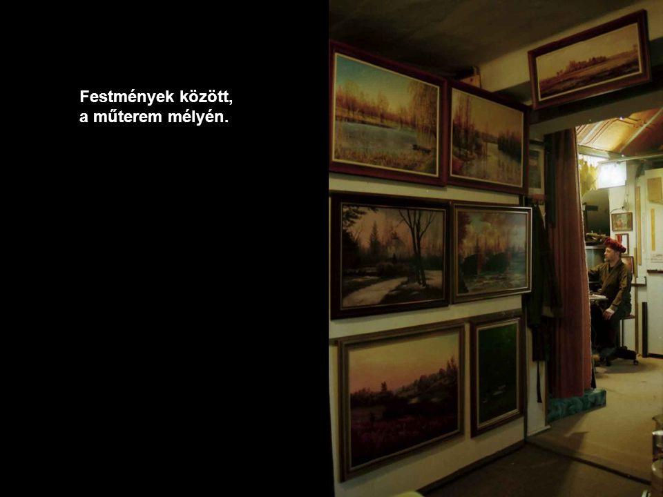 Festmények között, a műterem mélyén.