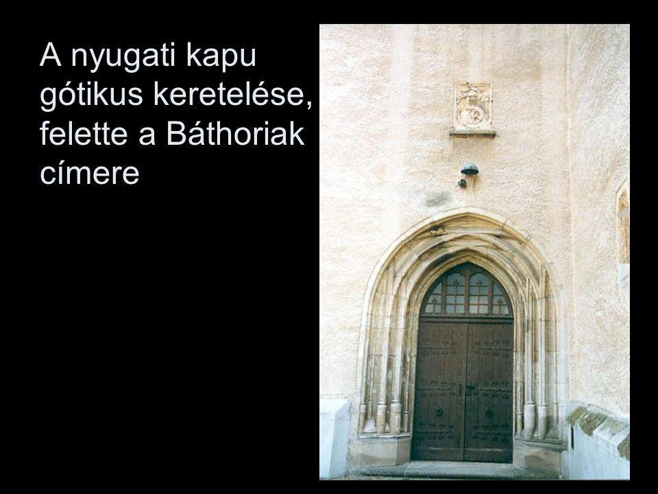 A nyugati kapu gótikus keretelése, felette a Báthoriak címere