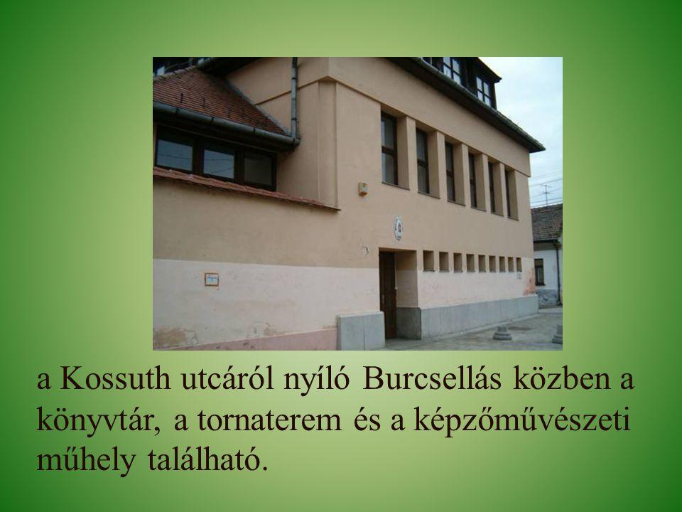 a Kossuth utcáról nyíló Burcsellás közben a könyvtár, a tornaterem és a képzőművészeti műhely található.