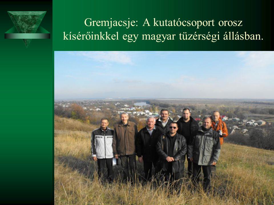 Gremjacsje: A kutatócsoport orosz kísérőinkkel egy magyar tüzérségi állásban.