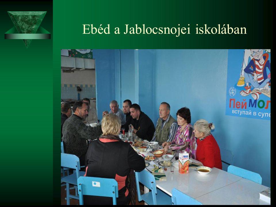 Ebéd a Jablocsnojei iskolában