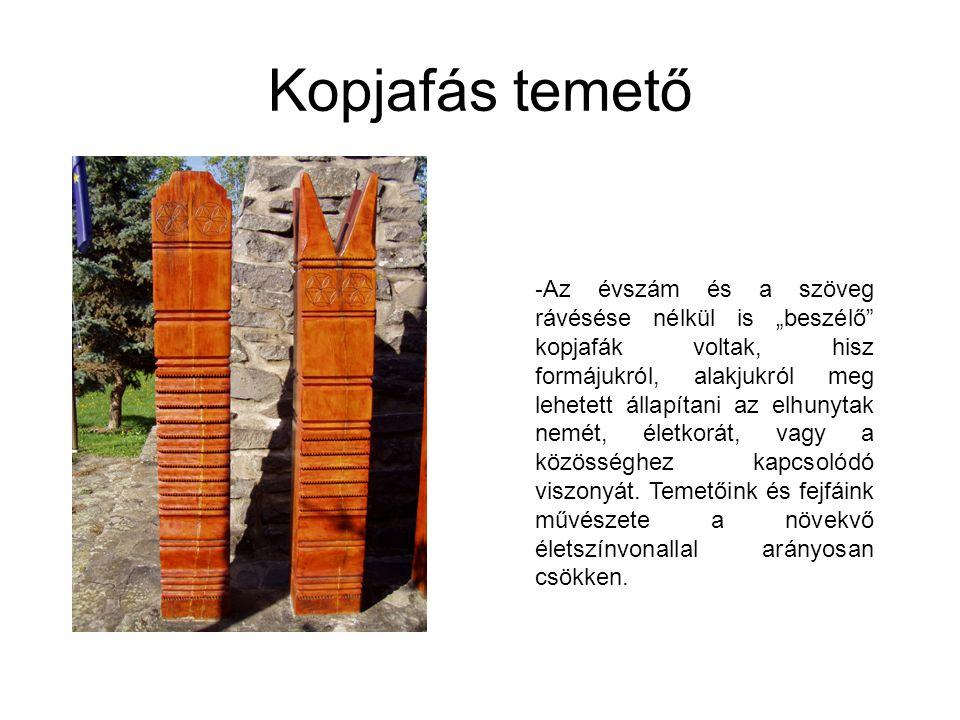 """Kopjafás temető - Az évszám és a szöveg rávésése nélkül is """"beszélő"""" kopjafák voltak, hisz formájukról, alakjukról meg lehetett állapítani az elhunyta"""
