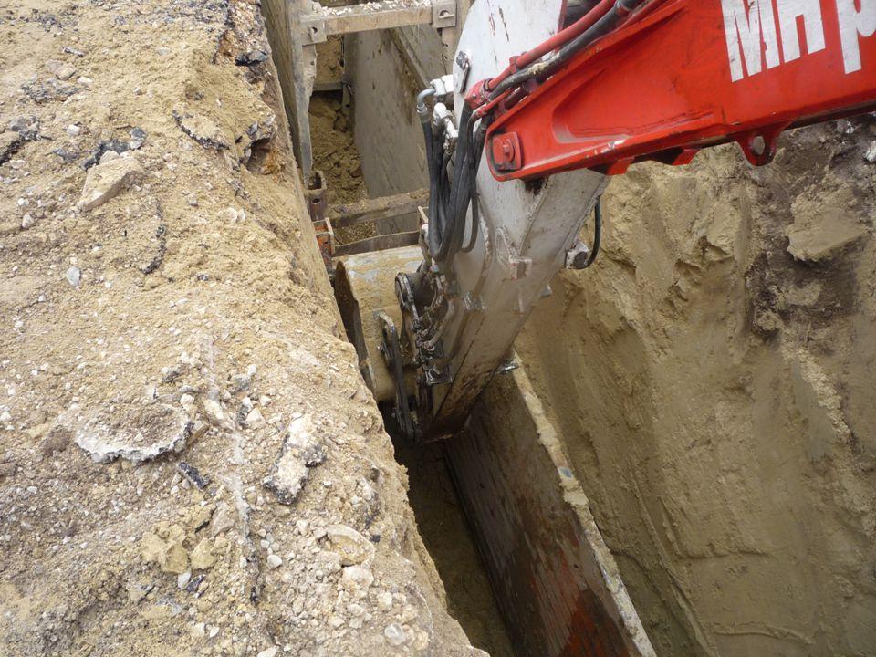 Betonacél szerelés A készre szerelt betonacélt daru segítségével emelik le a szállító járműről, és emelik be A váz szerelését csak akkor szabad megkezdeni, ha a munkahelytől 5 méteres körzetben elektromos vezeték nincs, vagy azt feszültség mentesítették,
