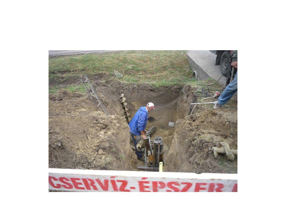 BEZSALUZÁS falzsalu - előszerelés (fektetve, alátét fákon) - zsalutáblák elhelyezése a falsík mentén, elemtámaszok aljzathoz rögzítése, függőbe állítás - betonozó konzolok vagy állványok elhelyezése - vasalás - összeállított, kontrazsalu elhelyezése, egymáshoz rögzítés (ankerozás) - betonozás