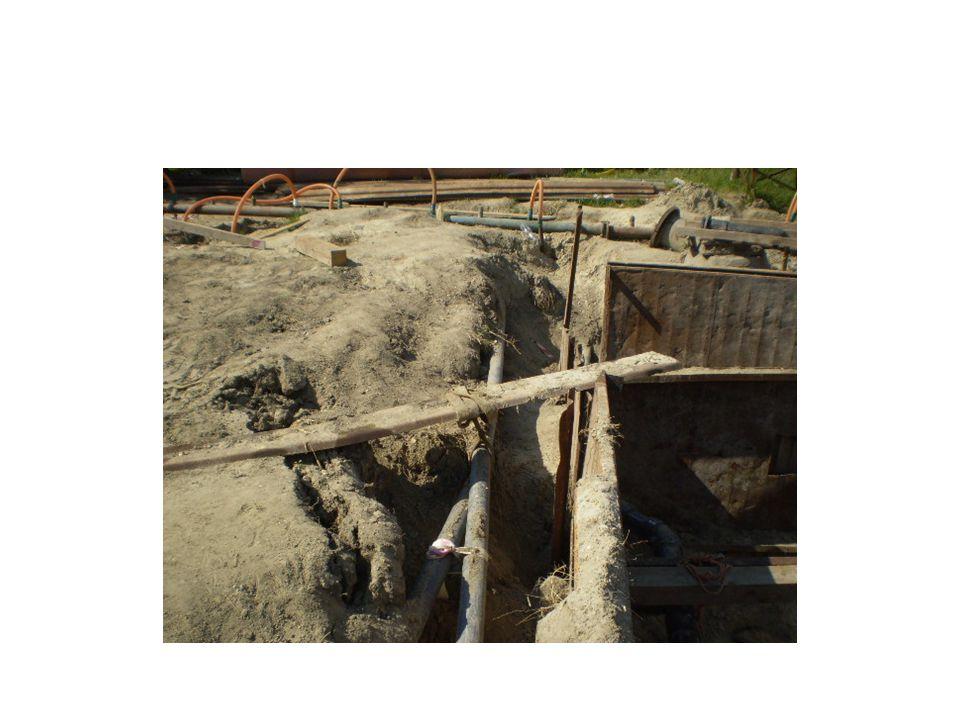 Építési átjárók A hídszerűen kialakított átjárók szélessége: egyirányú közlekedés esetén legalább 0,60 m, kétirányú közlekedés esetén pedig legalább 1,0 m Ha az átjáró szintje alatt 1 méternél nagyobb mélység van, akkor az átjárót lábdeszkával ellátott 1,0 m magas kétsoros korláttal kell ellátni.