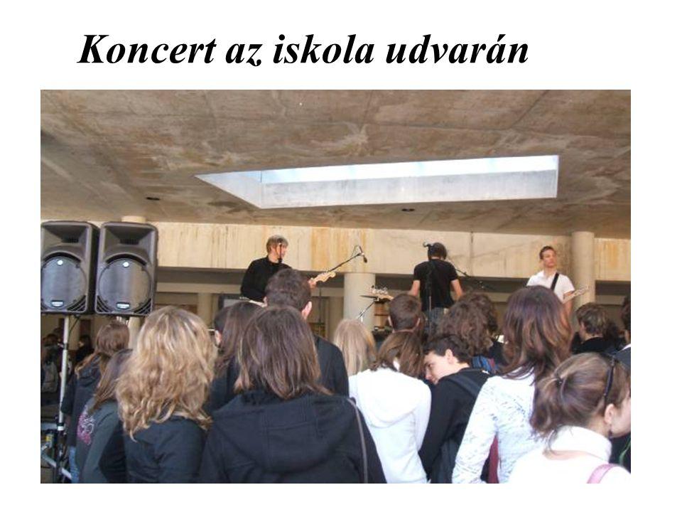 Koncert az iskola udvarán