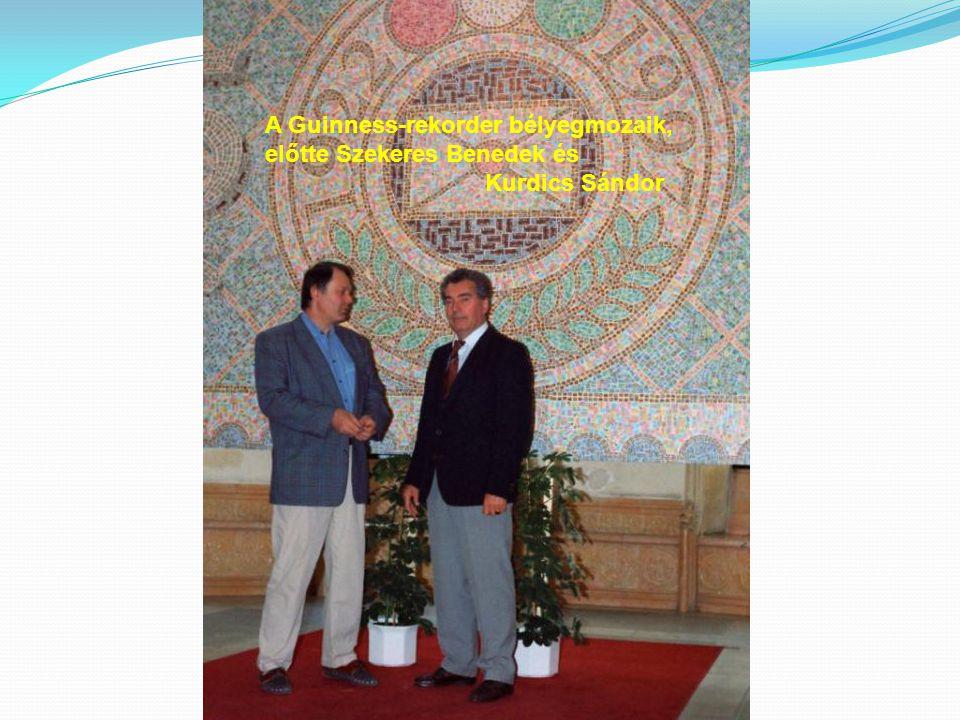 A Guinness-rekorder bélyegmozaik, előtte Szekeres Benedek és Kurdics Sándor