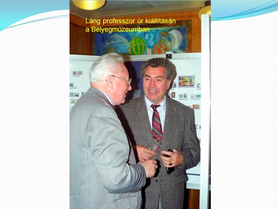Láng professzor úr kiállításán a Bélyegmúzeumban