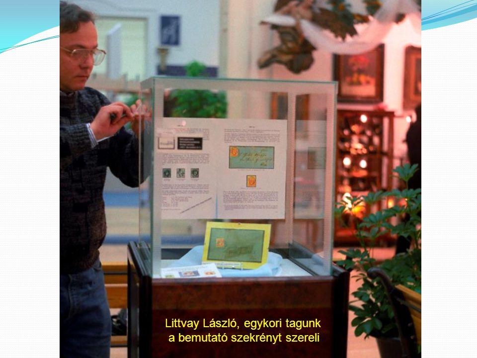 Littvay László, egykori tagunk a bemutató szekrényt szereli