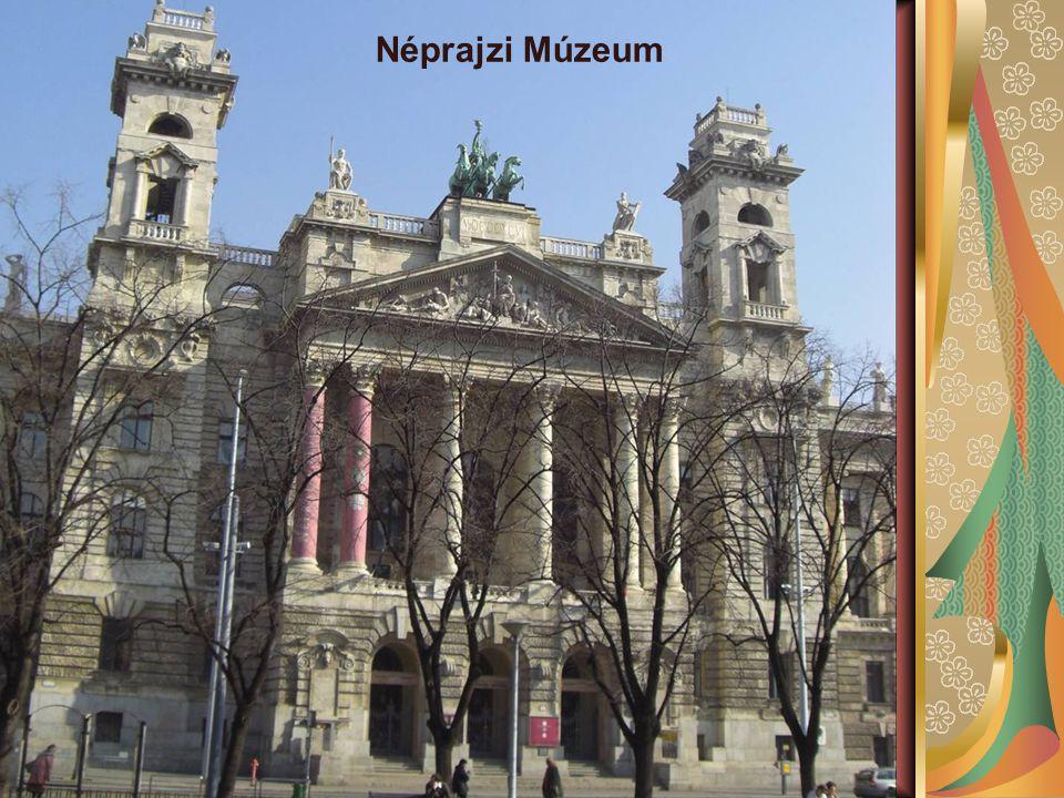 A Parlament szomszédságában található, egykori királyi kúria pompás épülete reneszánsz, barokk és klasszicista elemeket egyesít.
