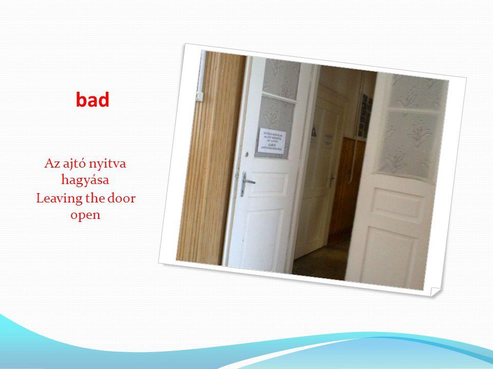 bad Az ajtó nyitva hagyása Leaving the door open