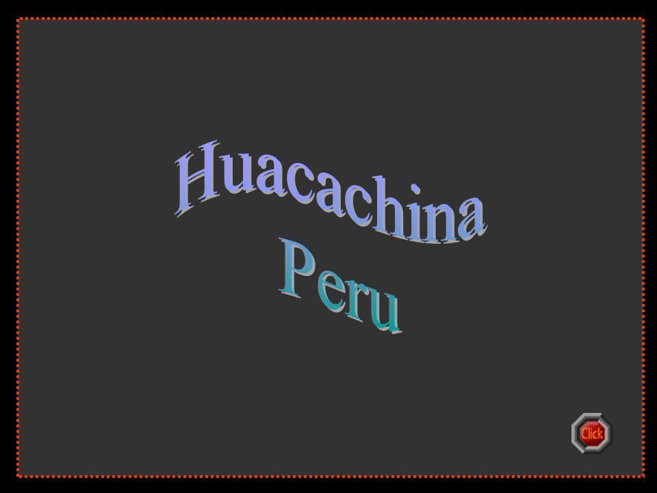 A Huacachina oázis szép trópusi pálmák és tornyosuló dűnék közepette fekszik.