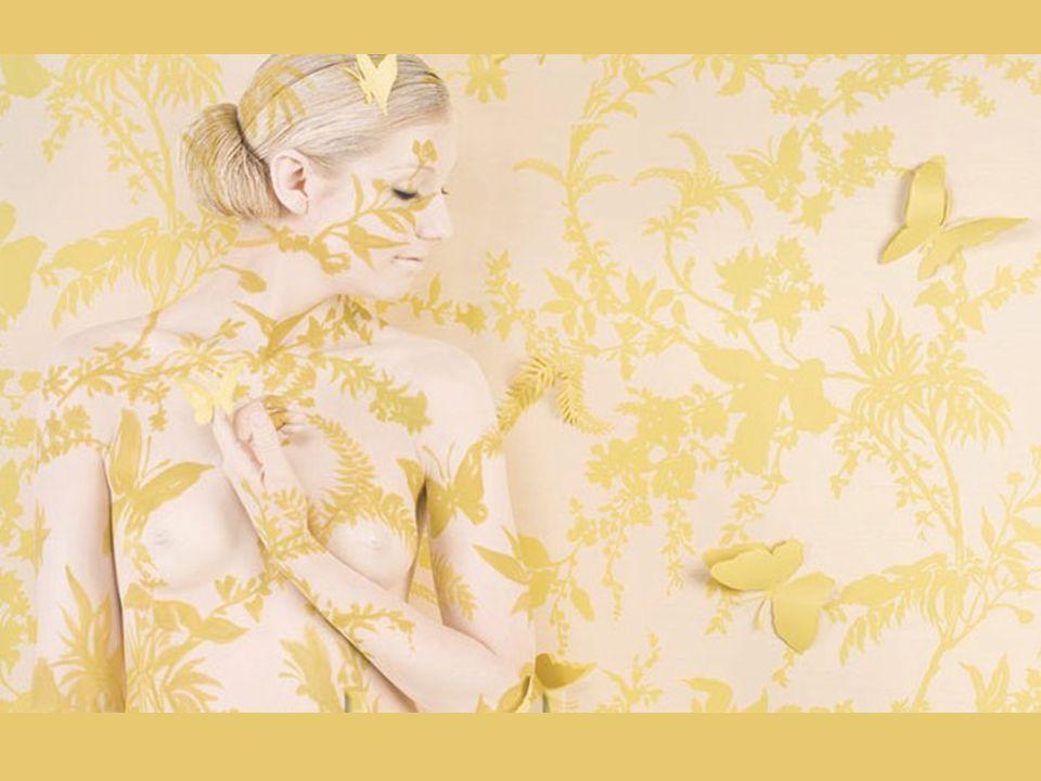 Emma Hack, egy ismert ausztrál testfestőművész gondolt egy merészet, és csupasz modelljeire kínai vázákat és tapétamintákat festett.