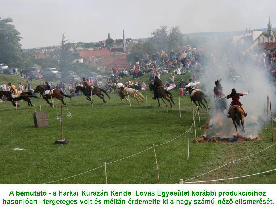 A bemutató - a harkai Kurszán Kende Lovas Egyesület korábbi produkcióihoz hasonlóan - fergeteges volt és méltán érdemelte ki a nagy számú néző elismerését.