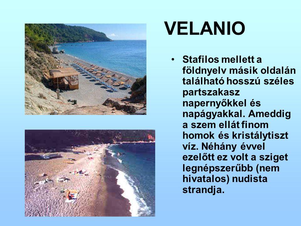 VELANIO Stafilos mellett a földnyelv másik oldalán található hosszú széles partszakasz napernyőkkel és napágyakkal. Ameddig a szem ellát finom homok é