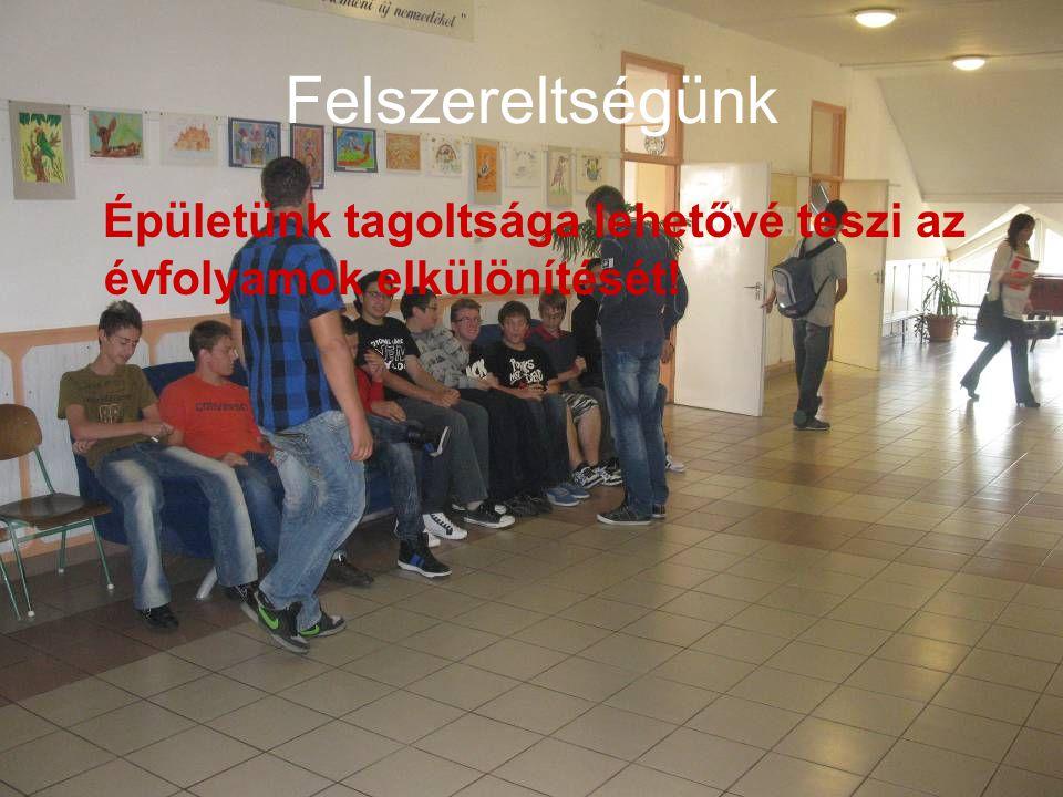 Normál tantervű képzés: Német nyelv tanulása heti 4 órában, angol nyelv tanulása heti 3 órában.