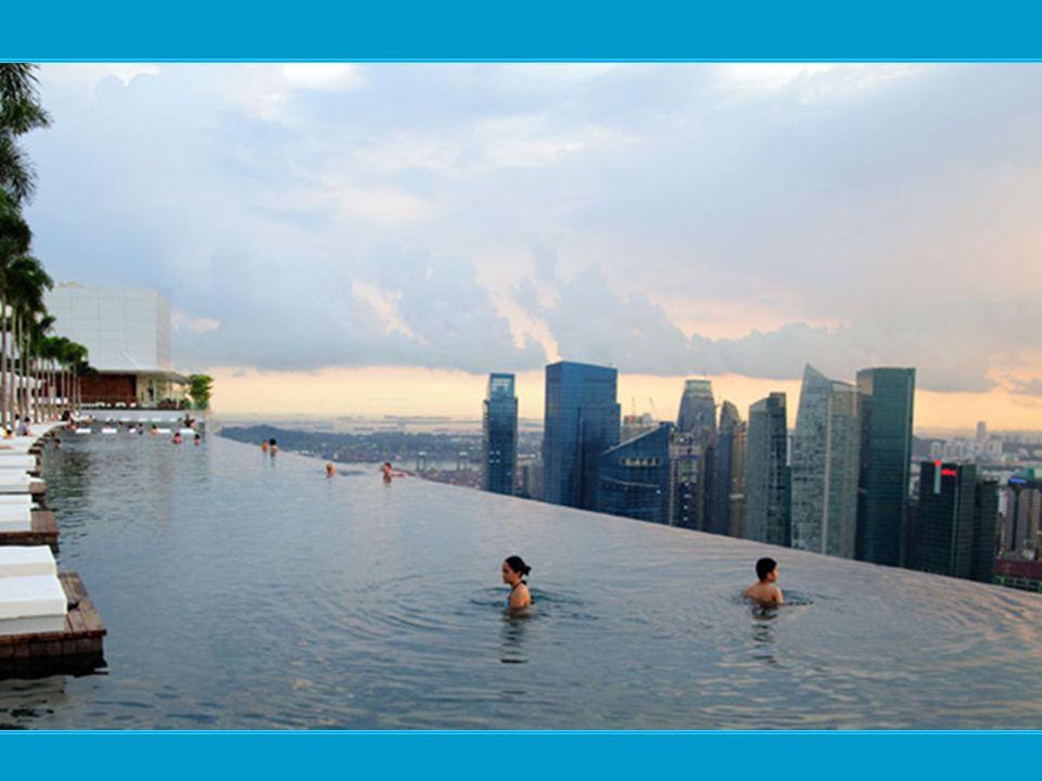 …a tetőtéri medencéből a kilátás valami fenséges…