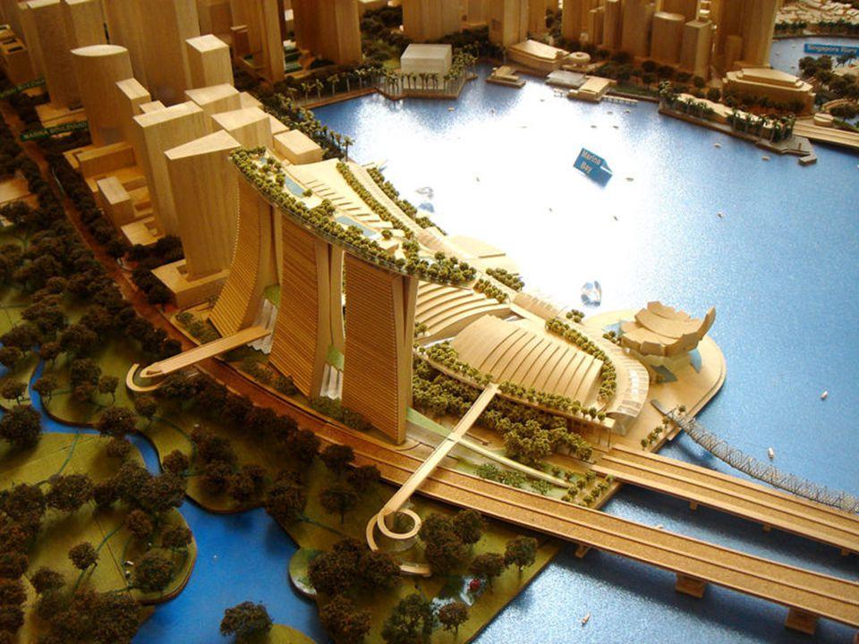 A Skypark úszómedencéje, amely felteszi a koronát a Marina Bay Sands Hotel tornyára a legfelső szinten.