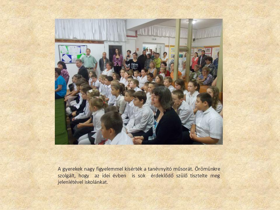 A gyerekek nagy figyelemmel kísérték a tanévnyitó műsorát.