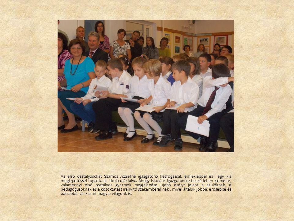 Az első osztályosokat Szamos Józsefné igazgatónő kézfogással, emléklappal és egy kis meglepetéssel fogadta az iskola diákjaivá.