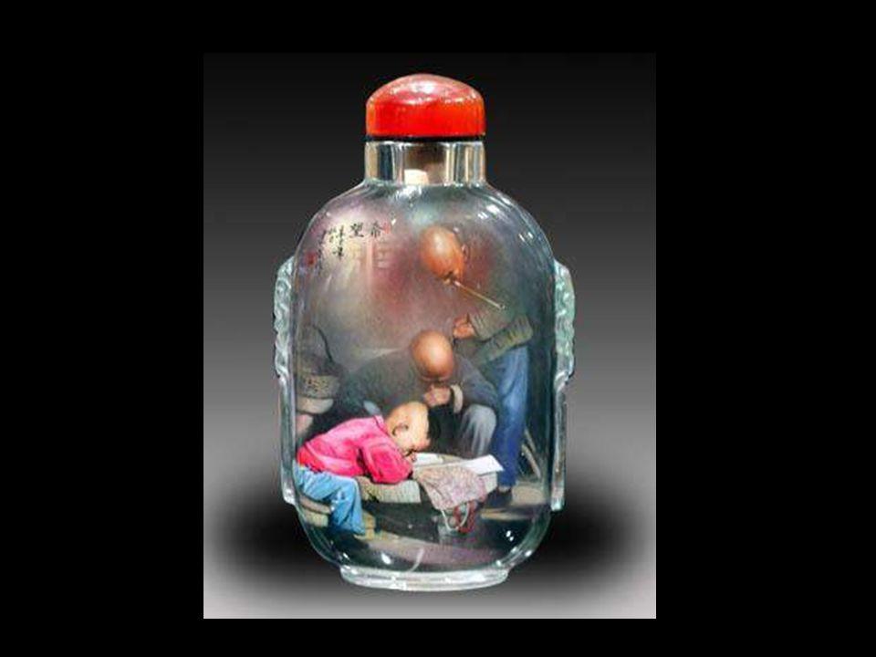 Füst színű palackok A Ming Dinasztia idején, került a dohány Kínába, ezért a füstszínű palackok fokozatosan fejlődtek. A készség nagyon virágzóvá tett