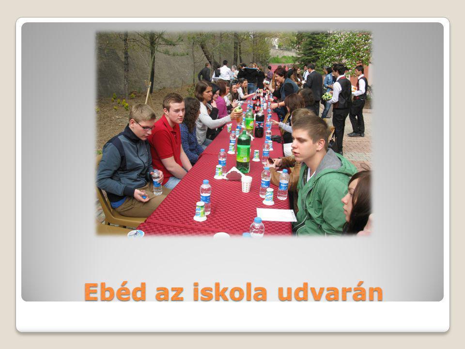 Ebéd az iskola udvarán