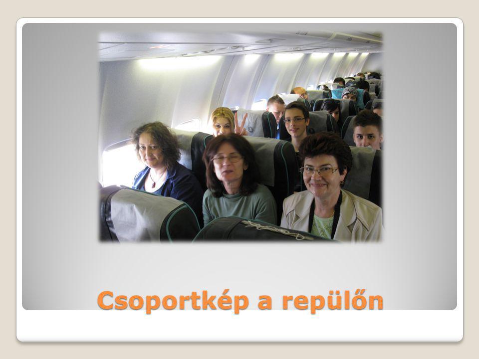 Csoportkép a repülőn