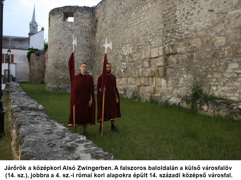 Járőrök a középkori Alsó Zwingerben. A falszoros baloldalán a külső városfalöv (14.