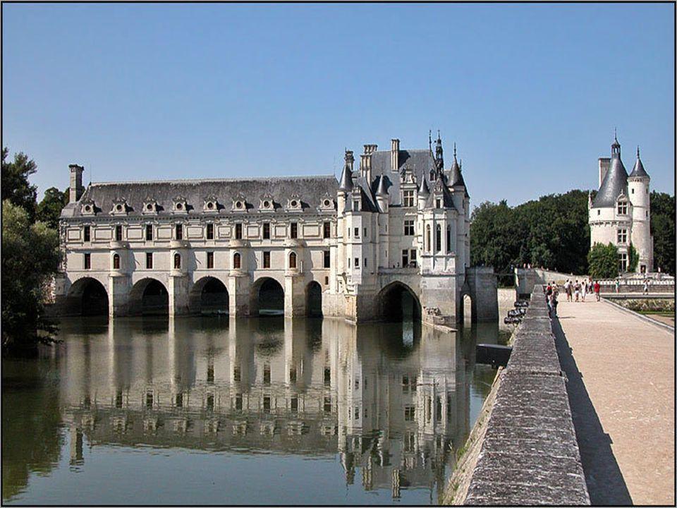 A kastély a Cher folyó medrére épült egy hajdani erődített malom és a Marques család által megvásárolt aprócska erőd alapjain. Ez utóbbit, a körbástya