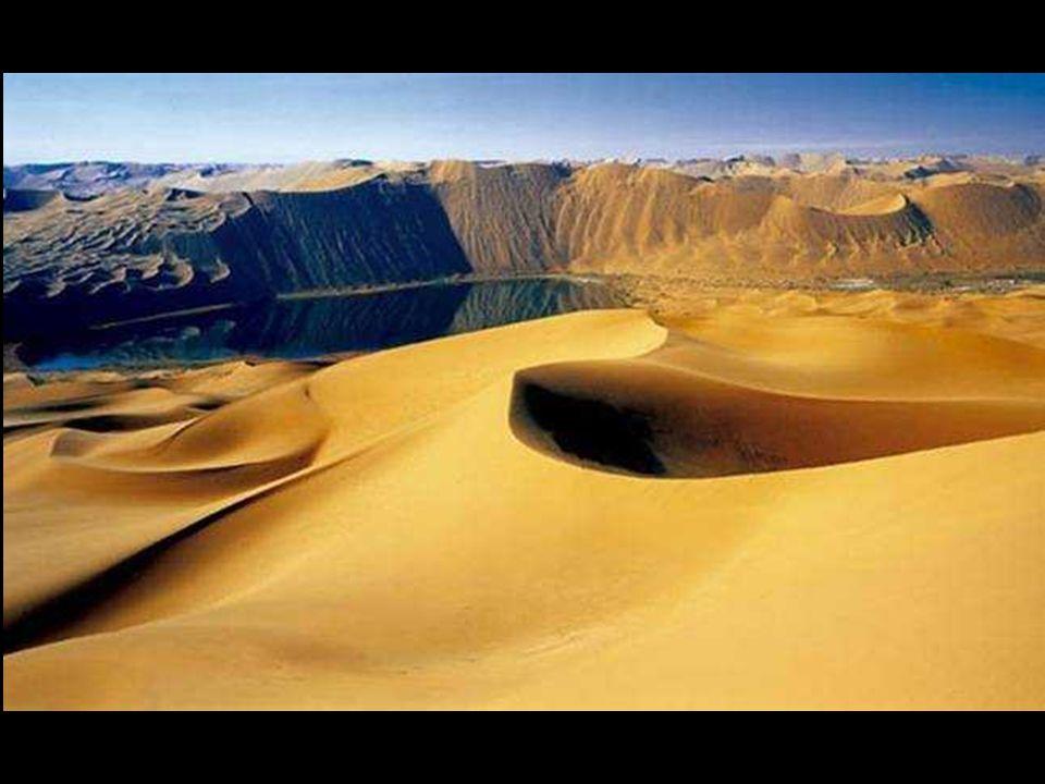 """Nehezen elképzelhető és érthető, hogy egy kiszáradt, eső nélküli sivatagi táj, tele óriási homokdűnékkel – tele van szórva tavakkal, amik """"valószínűtlenül évszázadokon át maradtak meg itt."""