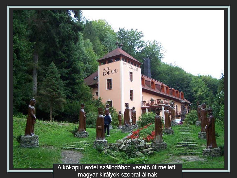 A kőkapui erdei szállodához vezető út mellett magyar királyok szobrai állnak