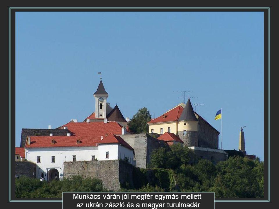 Munkács várán jól megfér egymás mellett az ukrán zászló és a magyar turulmadár