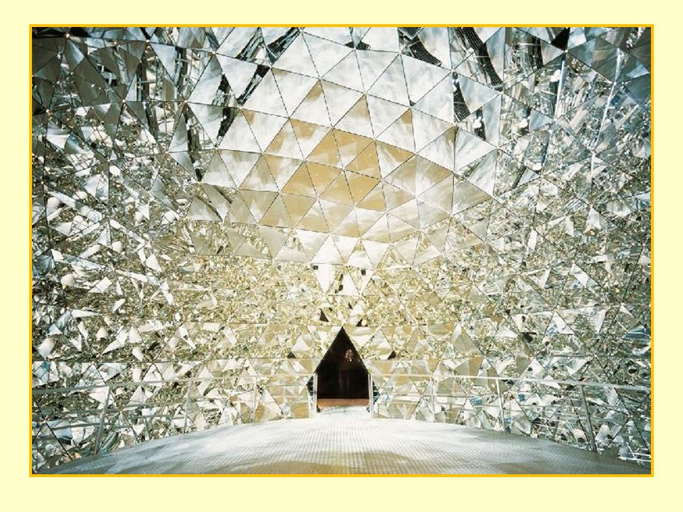 A múzeum termeiben témakörök szerint mehetünk végig: A művészet csodái * A technológia csodái Kristálypalota * A színek csodái A fények csodái * A fantázia csodái * Az illúzió csodái Variációk galériája * A méret csodái * A harmónia csodái A hullámok csodái * A végtelen csodái A világ csodái * Az elemek csodái